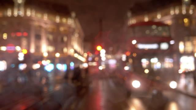 ロンドンの雨のリージェント通りで夜のトラフィック - ウェストエンド点の映像素材/bロール