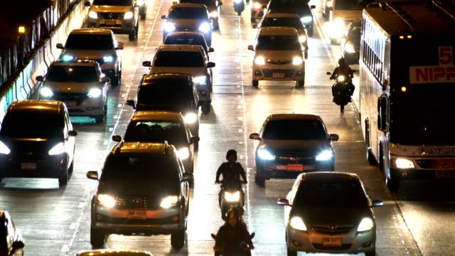 ラッシュアワー時に、タイのバンコクで夜のトラフィック。 - ヘッドライト点の映像素材/bロール