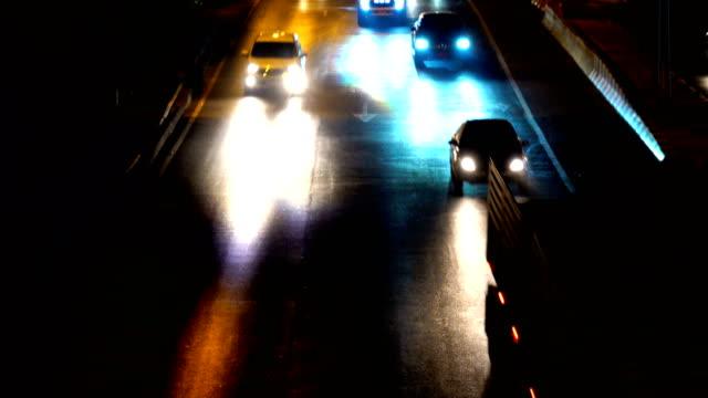 夜間交通渋滞とトラフィックのマージ - 線路のポイント点の映像素材/bロール
