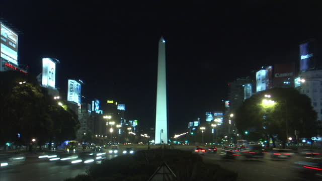 ws, night traffic on 9 de julio avenue with the obelisk in background, buenos aires, argentina - avenida 9 de julio video stock e b–roll