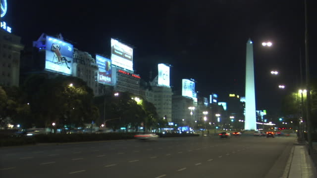 t/l, ws, night traffic on 9 de julio avenue with the obelisk in background, buenos aires, argentina - avenida 9 de julio video stock e b–roll