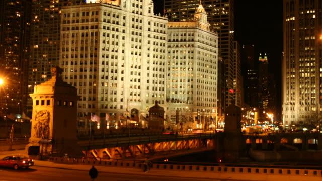 nacht verkehr auf der michigan avenue an chicago-timelapse - tribune tower stock-videos und b-roll-filmmaterial