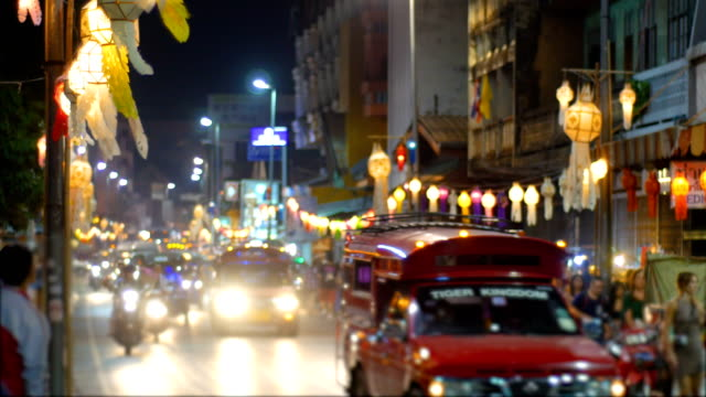 nachtverkehr auf scenic road eingerichtet mit leuchtenden laternen in stadt, thailand - provinz chiang mai stock-videos und b-roll-filmmaterial