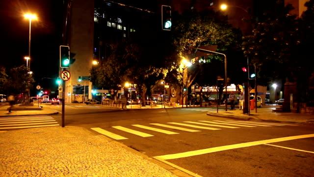 vídeos de stock, filmes e b-roll de noite tráfego timelapse - vida urbana
