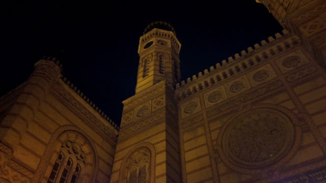 night view exterior of the great synagogue in budapest - hungarian culture stock videos & royalty-free footage