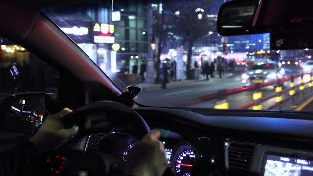 vídeos y material grabado en eventos de stock de night view from inside car running in downtown / seoul, south korea - letrero de tienda
