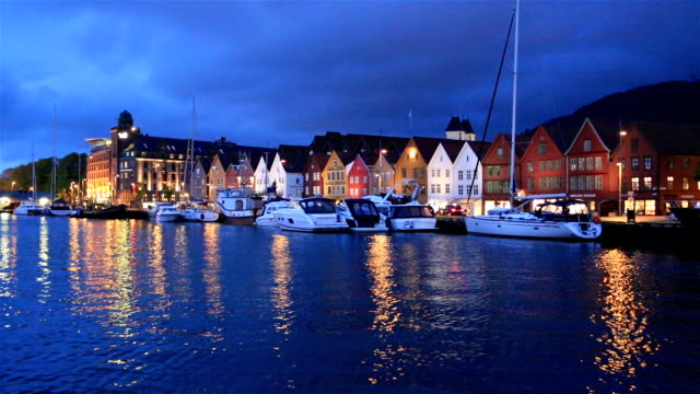 a night view of bergen harbor in norway - establishing shot点の映像素材/bロール