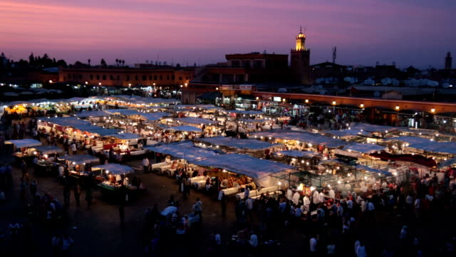 vidéos et rushes de vue de nuit de la scène du marché très fréquenté - afrique