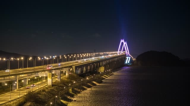 vidéos et rushes de night view of cars passing on the yeongjong bridge in jeongseojin, seo-gu district, incheon - ornement