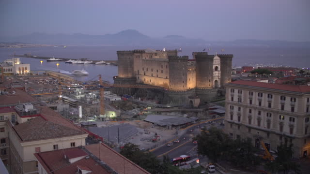 night view of castel nuovo (new castle) or maschio angioino - ナポリ点の映像素材/bロール