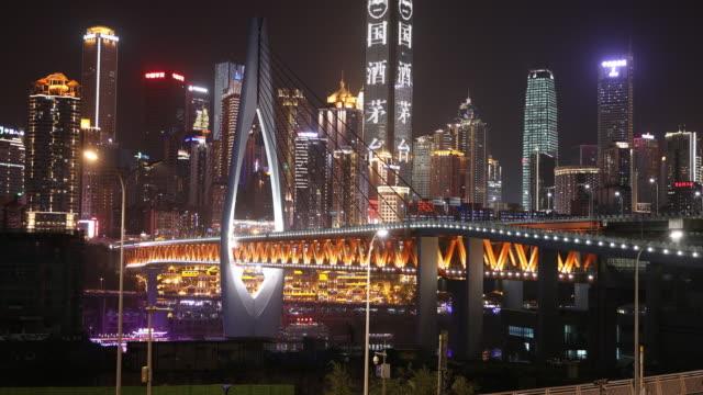 stockvideo's en b-roll-footage met night view of chongqing dongchuimen bridge and skyscrapers - economie