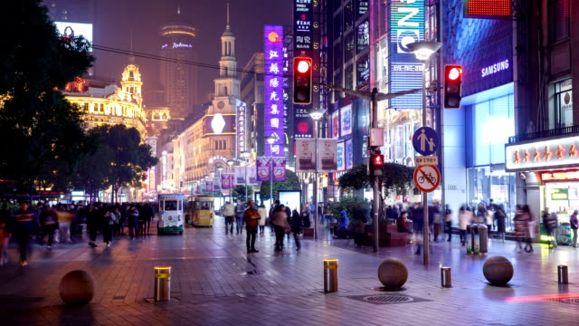 vidéos et rushes de night view of crowd and sightseeing bus on nanjing road in shanghai, china - shanghai