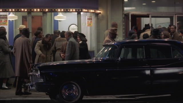 vídeos de stock, filmes e b-roll de ws pan night view of crowds outside theater - 1990 1999