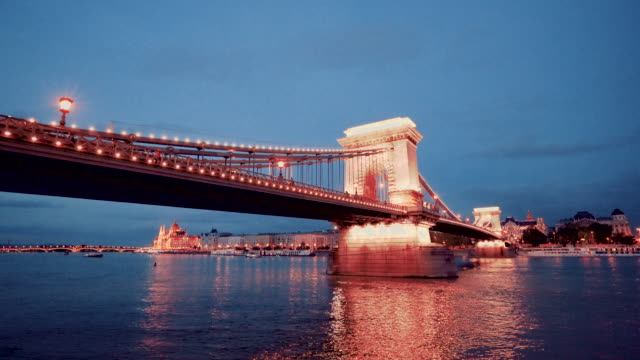 stockvideo's en b-roll-footage met nachtzicht op de rivier de donau en de kettingbrug in de ochtend in boedapest in hongarije - chain bridge suspension bridge