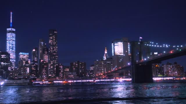マンハッタンのダウンタウンの夜景 - ブルックリン橋点の映像素材/bロール
