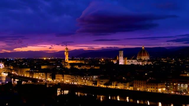 vídeos de stock e filmes b-roll de night view of florence cityscape over arno river - florença