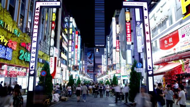 vídeos y material grabado en eventos de stock de night view of godzilla road and kabuki-cho district in shinjuku, tokyo, japan - señal de nombre de calle