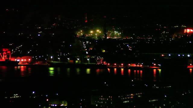 vidéos et rushes de night view of kitakyushu city seen from takatoyama park observation deck; town area and a group of industrial plants colored red, orange, yellow and... - phare de véhicule