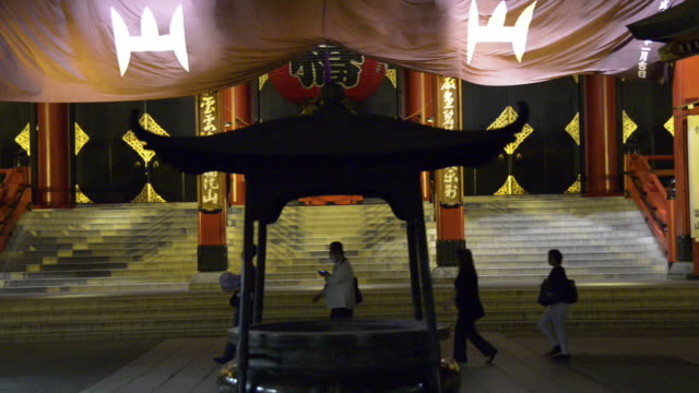 vídeos de stock, filmes e b-roll de night view of main hall at sensōji sensōji is an ancient buddhist temple located in asakusa tokyo japan tokyo's oldest temple and one of its most... - templo asakusa kannon