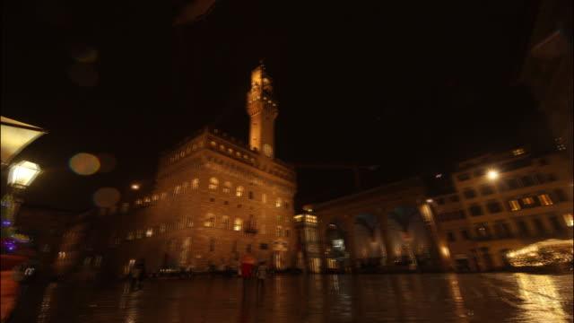 night view of palazzo vecchio in piazza della signoria / florence, italy - スクエア点の映像素材/bロール