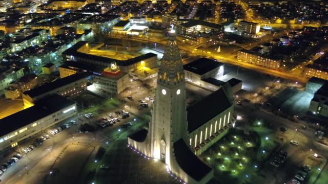 vídeos y material grabado en eventos de stock de night view of reykjavik (capital city), iceland - señal de nombre de calle