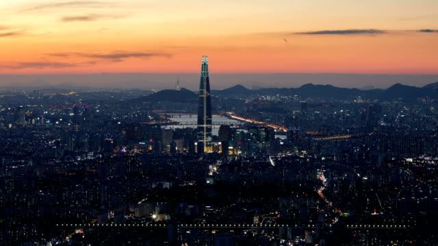vídeos de stock, filmes e b-roll de night view of seoul lotte world tower (the tallest building in korea) and city buildings in seoul - coreia do sul