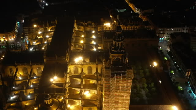 night view of sevilla cathedral / seville, spain - kirchturmspitze stock-videos und b-roll-filmmaterial