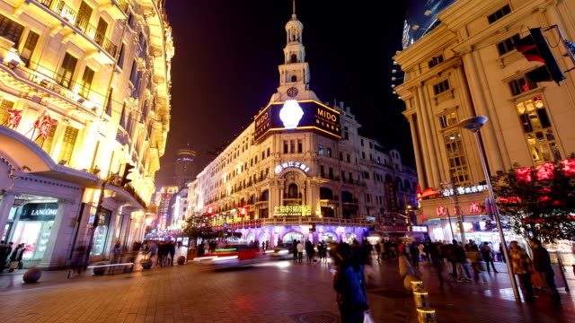 stockvideo's en b-roll-footage met night view of shopping mall and buildings on nanjing road in shanghai, china - winkelbord