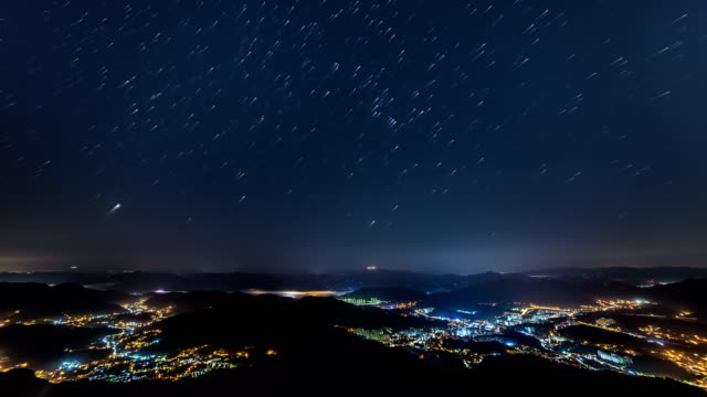 vidéos et rushes de night view of star trail and cityscape at cheonmasan mountain (officially designated as a provincial park in korea) in gyeonggi-do - ciel étoilé
