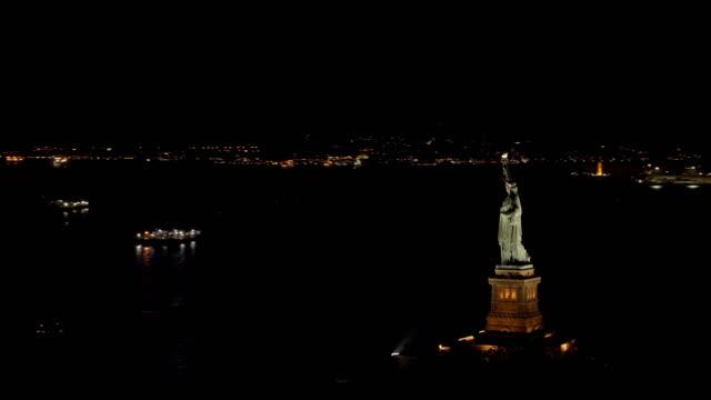 vidéos et rushes de vue aérienne de nuit de la statue de la liberté et manhattan - représentation féminine