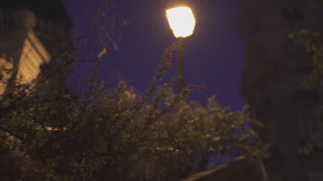 vidéos et rushes de night view of street lights and buildings / paris, france - éclairage public