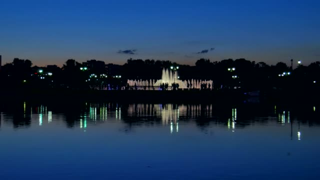 Night view of the fountain.