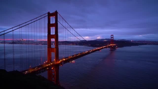 stockvideo's en b-roll-footage met ws ha nachtzicht van de golden gate bridge / san francisco, ca, vs - gewone snelheid