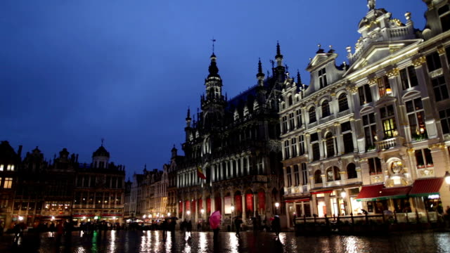 Night view of the Grand Place in Brussels.