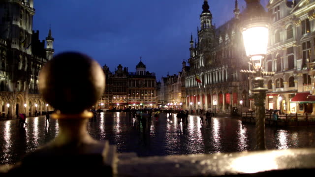 night view of the grand place in brussels. - brussels capital region stock videos & royalty-free footage
