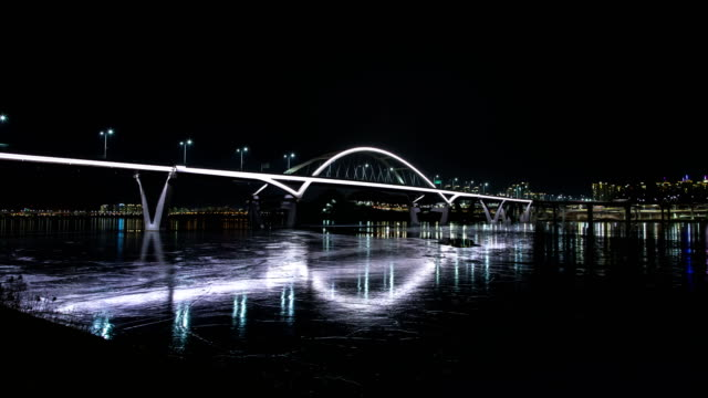 night view of the guri amsa bridge and frozen han river in guri, gyeonggi province - korea点の映像素材/bロール