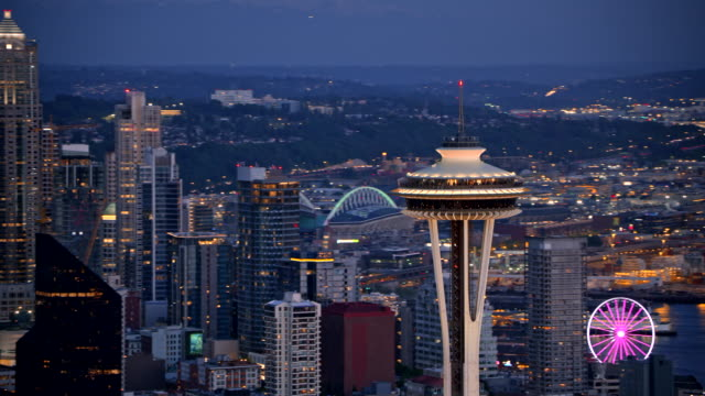 stockvideo's en b-roll-footage met luchtfoto van de nacht van de space needle en seattle - staat washington