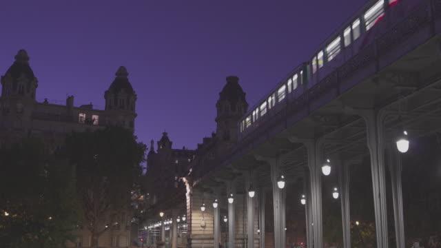 vidéos et rushes de night view of the subway train passing by / paris, france - transports publics