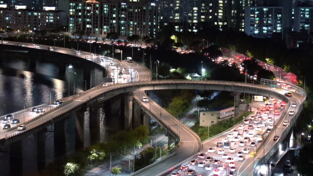 night view of traffic on the road and gangbyeon expressway in seoul - 韓国点の映像素材/bロール