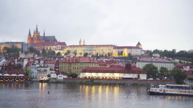 vídeos de stock, filmes e b-roll de opinião da noite do rio de vltava da ponte de charles no por do sol em praga em república checa - mala strana