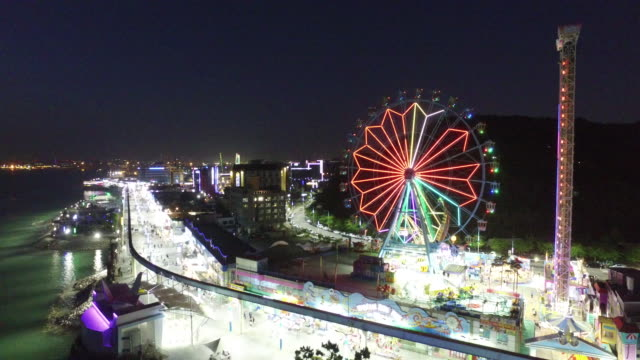 night view of wolmido amusement park and ferris wheel in incheon, south korea - 観覧車点の映像素材/bロール