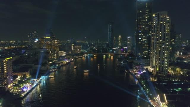 Vue nocturne sur la rivière chaophraya à bangkok, Thaïlande.