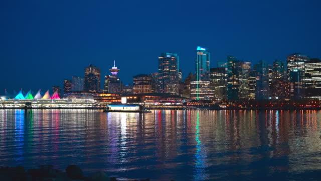 スタンレーパークからバンクーバー港を越えてノースバンクーバーの夜景。 - カナダ バンクーバー点の映像素材/bロール