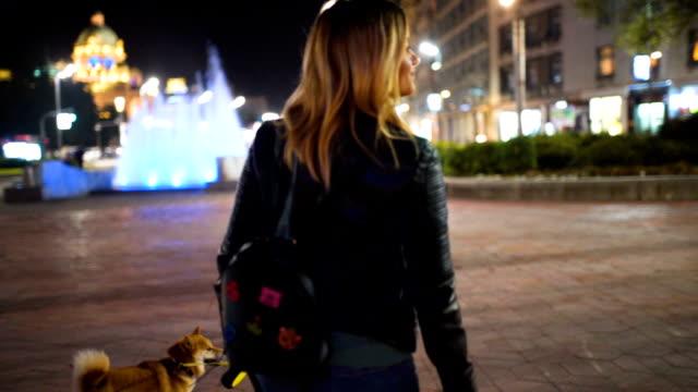 Caminata nocturna con perro