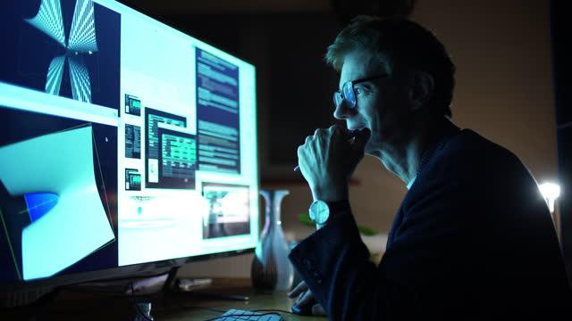 vidéos et rushes de ingénieur de conception de travail de nuit - designer