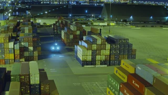 nacht arbeit im hafen von long beach - drohne schuss - dockarbeiter stock-videos und b-roll-filmmaterial