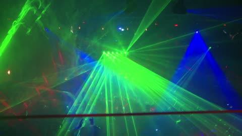 vídeos de stock, filmes e b-roll de multidão noturna com luzes a laser - discoteca