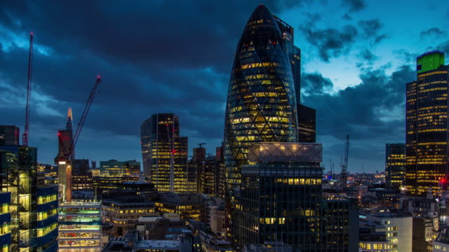 vídeos de stock, filmes e b-roll de nightfall over the city of london - timelapse - distrito financeiro