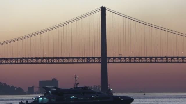 テージョ川の夕暮れ - 4月25日橋点の映像素材/bロール