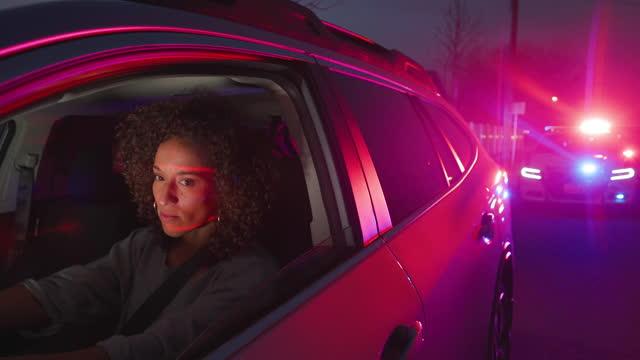 vidéos et rushes de arrêt de la circulation de la police nightime - personnes féminines